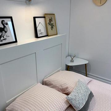 Tête de lit avec des cadres et table de chevet - Studio Rose équipé - Coin nuit et décoration à louer - Dax