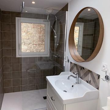 T3 Marguerite & Pâquerette - Salle d'eau avec mosaïque sur le lavabo et carrelage dans la douche en faïence - Dax location
