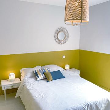 Table de chevet avec lampes dans ce T3 Pâquerette - Chambre équipée et décoration moderne - Dax location